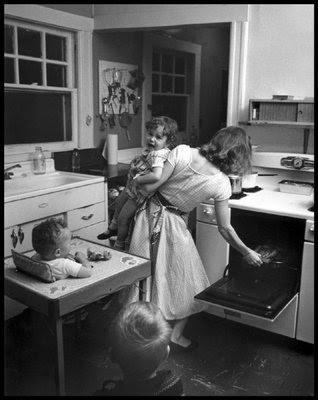 0. 1. Mujer, trabajando en casa.
